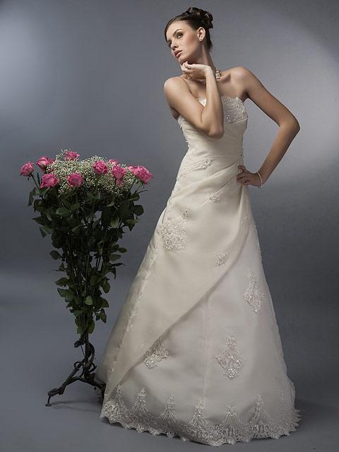 model langa trandafiri