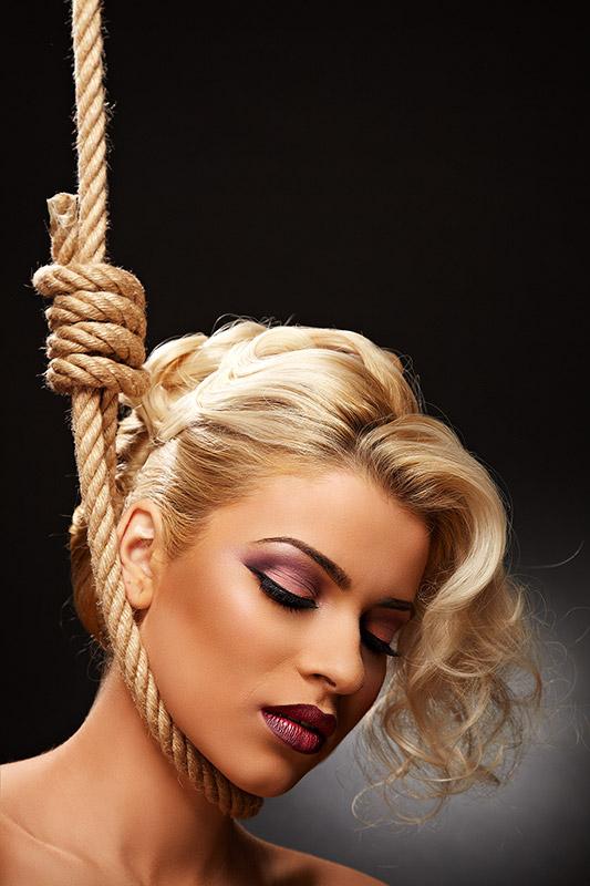 blonda spanzurata cu machiaj