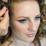 Blonda cu ochi albastri machiata discret