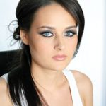 Mireasa bruneta cu ochi albastri